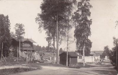 Kuvassa Kymintehtaan kansakoulu eli ns. Mäkikoulu Öljymäellä, postikortti  Soile Nokelaisen kokoelmat